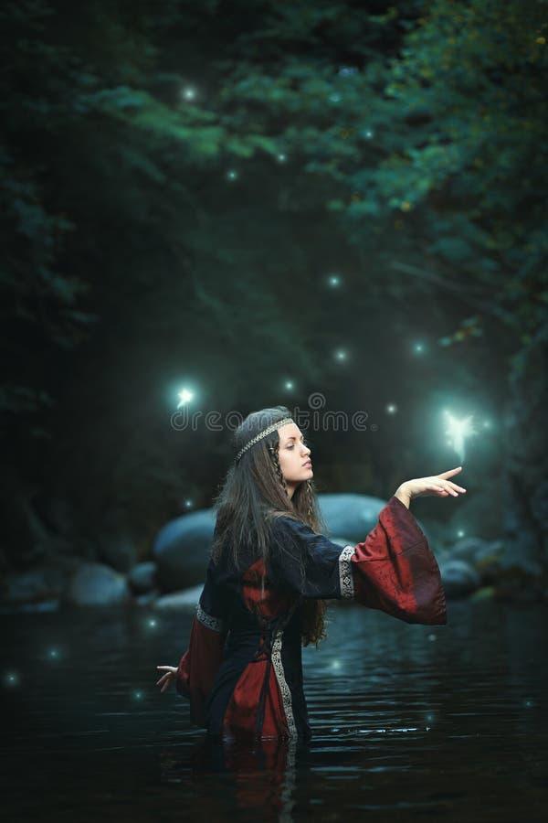 Mittelalterliche Frau im feenhaften Strom stockfoto
