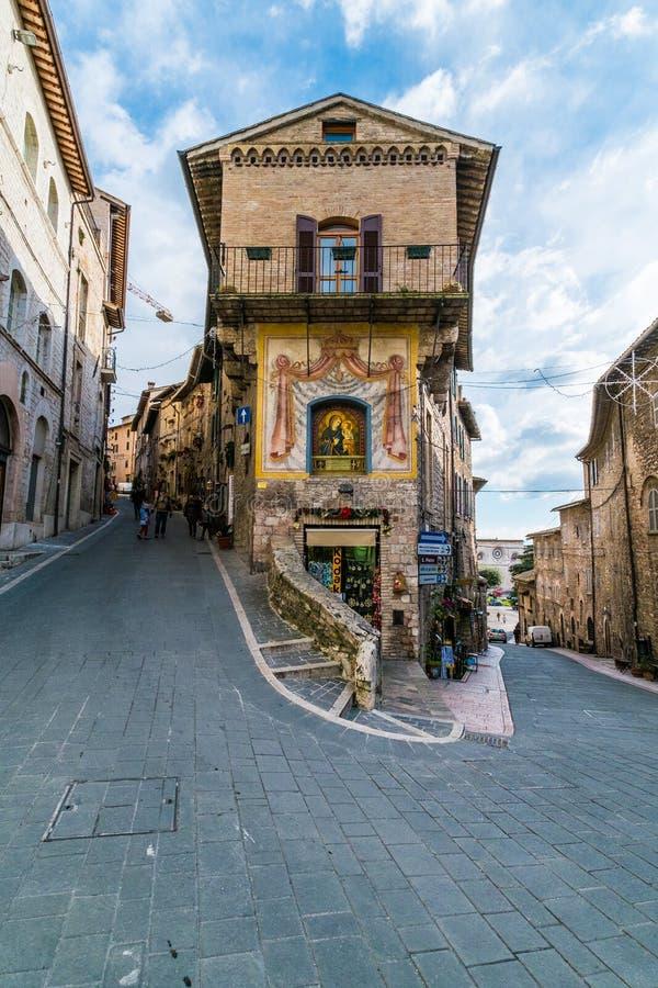 Mittelalterliche Gebäude in der italienischen Hügelstadt von Assisi, Umbrien, Italien lizenzfreies stockbild