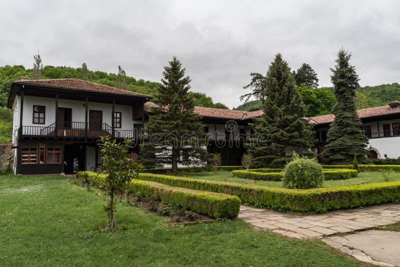Mittelalterliche Gebäude der Kloster-heiligen Mutter Sokolovo Sokolski in der Annahme, Gabrovo-Region lizenzfreie stockbilder