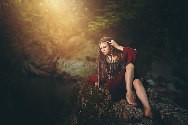 Mittelalterliche gekleidete Frau im magischen Strom stockfoto