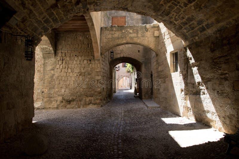 Mittelalterliche gewölbte Straße in der Stadt von Rhodos, Griechenland lizenzfreies stockfoto