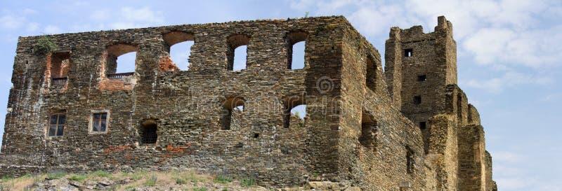 Mittelalterliche gotische Ruinen des Schlosses Okor nahe Prag, Tschechische Republik lizenzfreie stockbilder