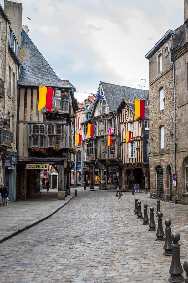 Mittelalterliche Häuser des Bauholzrahmens in der cobblestoned Straße in Dinan lizenzfreie stockfotos