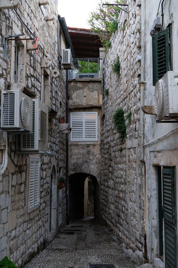 Mittelalterliche Häuser in den schmalen Straßen von Dubrovnik mit hängender Kleidung und Steintreppe lizenzfreies stockbild