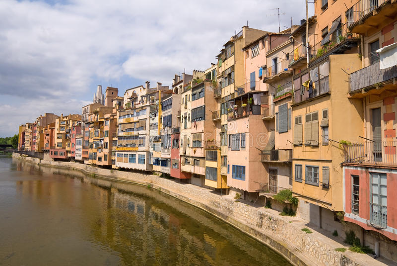 Mittelalterliche Häuser entlang dem Onyar Fluss- Girona stockbilder