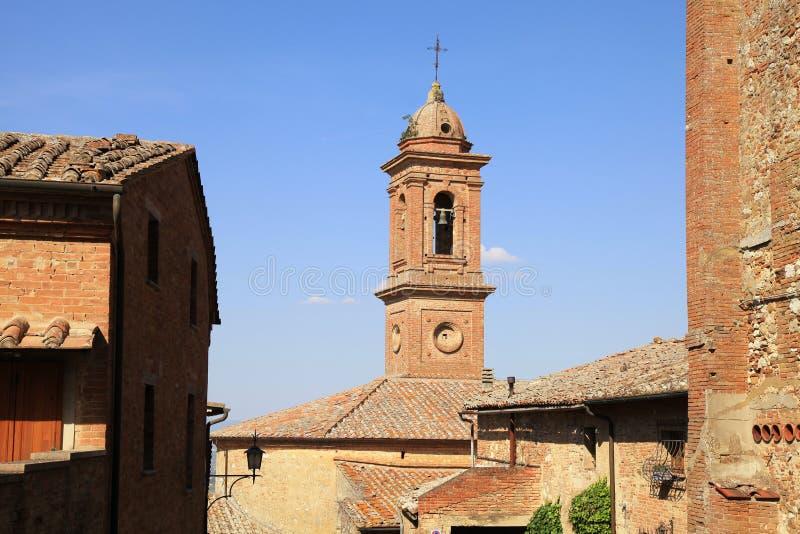 Mittelalterliche Häuser und Glockenturm in Montepulciano, Italien lizenzfreies stockbild