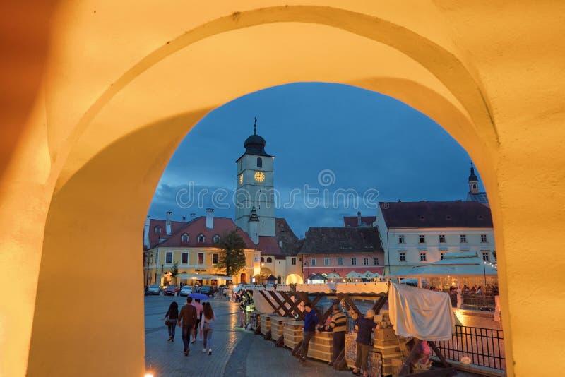 Mittelalterliche historische Mitte Sibius nachts, Rumänien lizenzfreie stockfotos