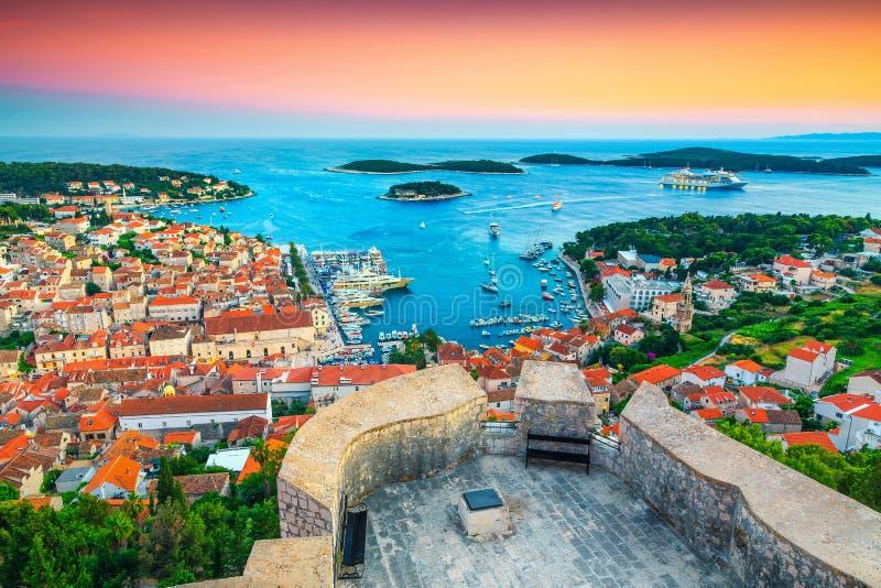 Mittelalterliche Hvar Stadt der Betäubung mit großartigem Hafen bei Sonnenuntergang, Kroatien stockbilder