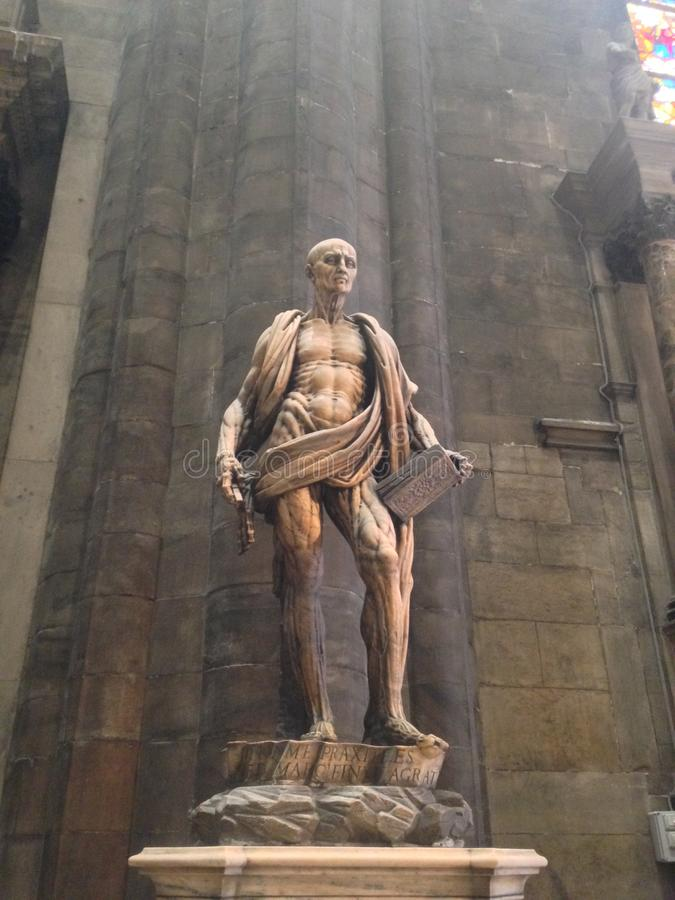 Mittelalterliche italienische Steinstatue in der Kirche mit den Muskeln und dem Skelett lizenzfreies stockbild