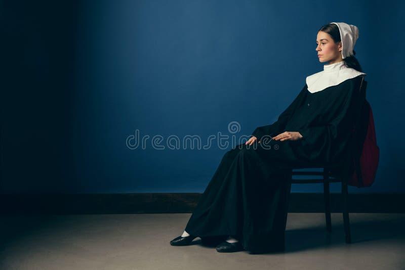 Mittelalterliche junge Frau als Nonne stockfotografie