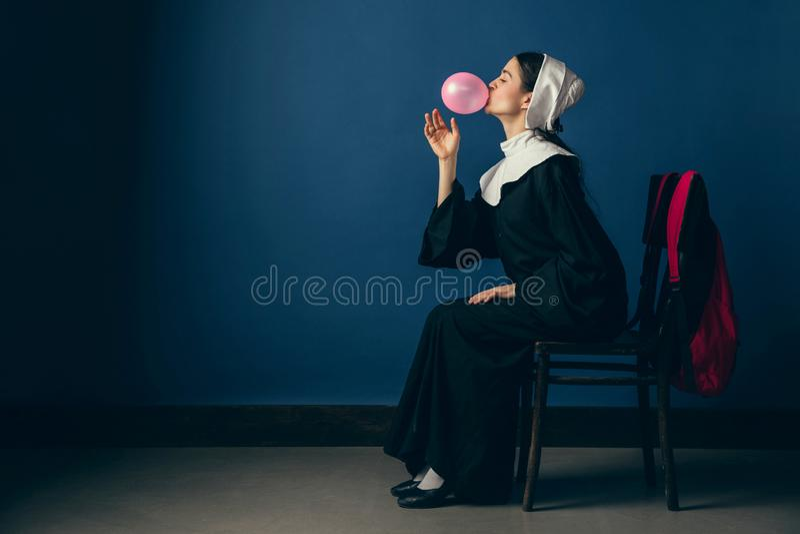 Mittelalterliche junge Frau als Nonne stockbild