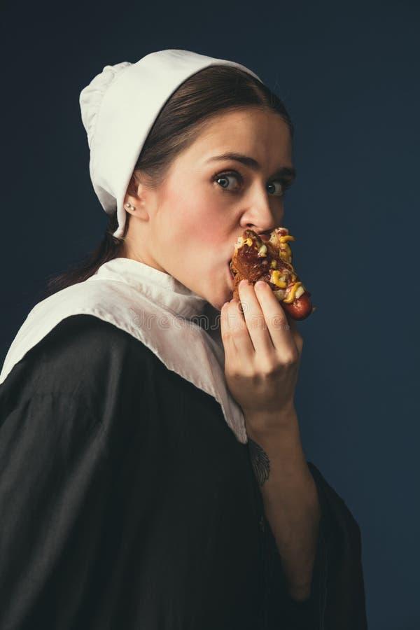 Mittelalterliche junge Frau als Nonne stockbilder