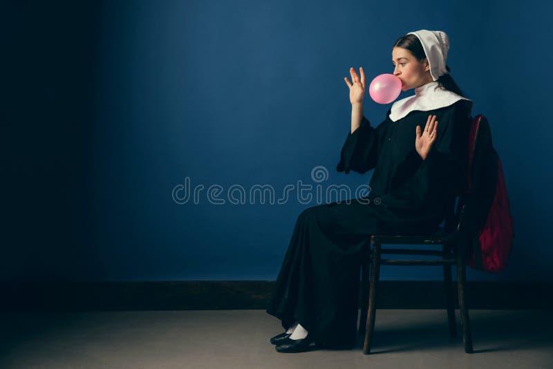 Mittelalterliche junge Frau als Nonne stockfotos
