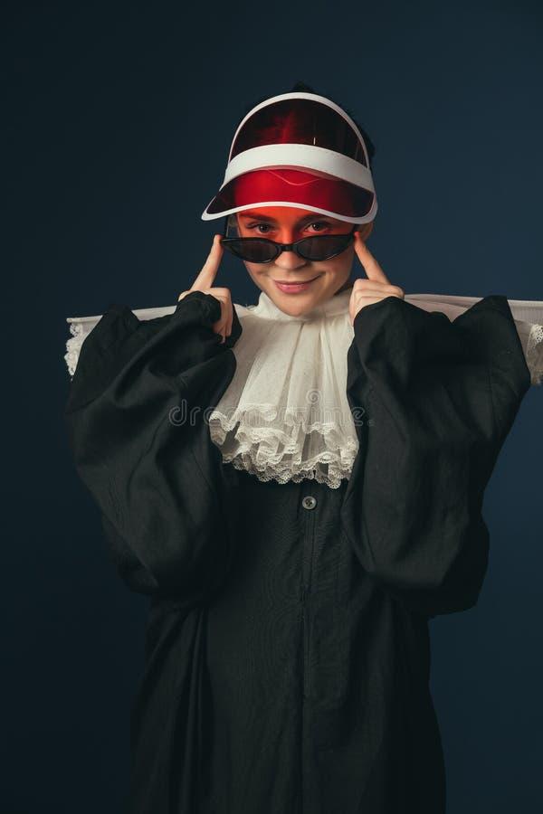 Mittelalterliche junge Frau als Nonne lizenzfreies stockbild