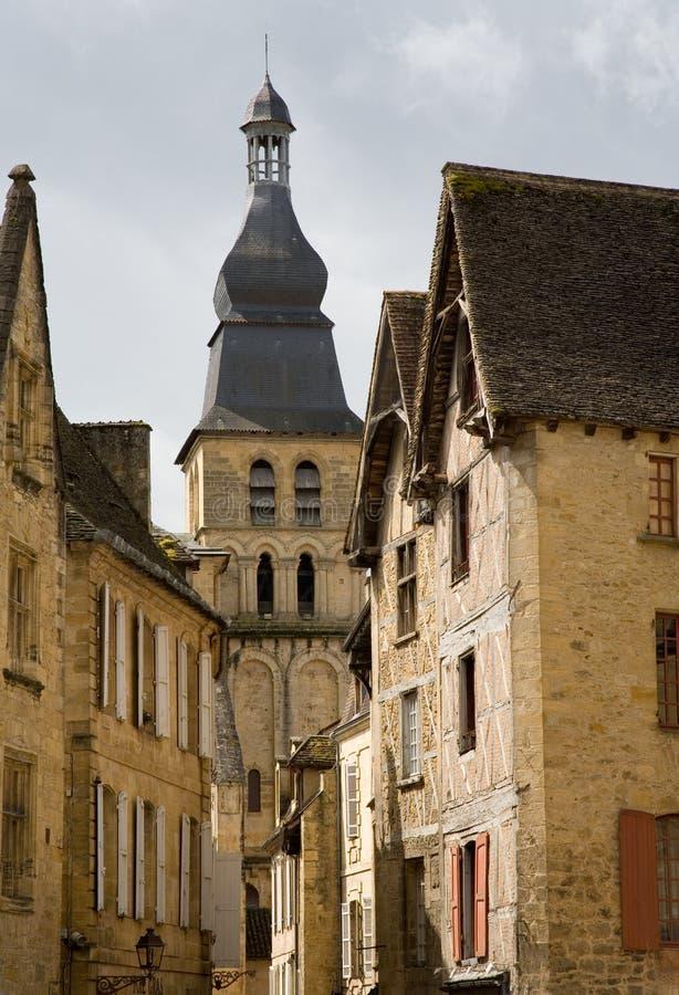 Mittelalterliche Kirche und Häuser stockfotografie