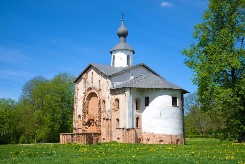 Mittelalterliche Kirche zu Ehren heiligen Paraskev Freitag auf Yaroslav-` s Gericht am sonnigen Mai-Nachmittag Veliky Novgorod, R lizenzfreie stockbilder