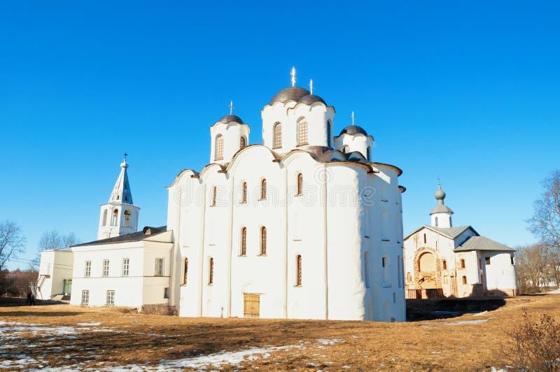 Mittelalterliche Kirchen des Heiligen Nocholas und Paraskeva Pyatnitsa an Yaroslavs Hof in Veliky Novgorod, Russland stockbild