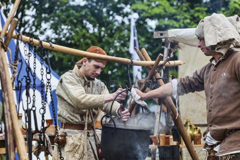 Mittelalterliche Männer, die Nahrung zubereiten lizenzfreie stockfotografie
