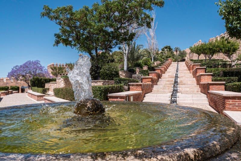 Mittelalterliche maurische Festung Alcazaba in Almeria, Zugang zum Alcazaba mit Gärten und Bäumen von unterschiedlichen Spezies,  stockfoto