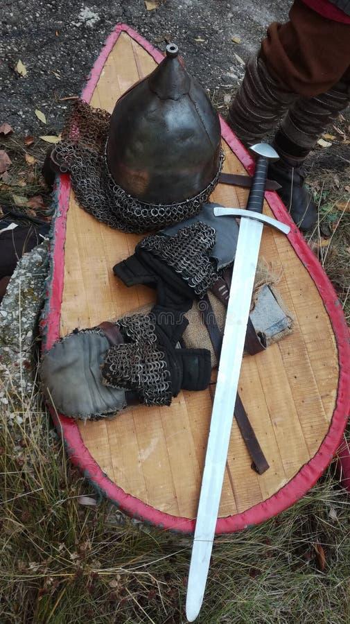 Mittelalterliche Rüstung und Waffen eines Kriegers stockbilder