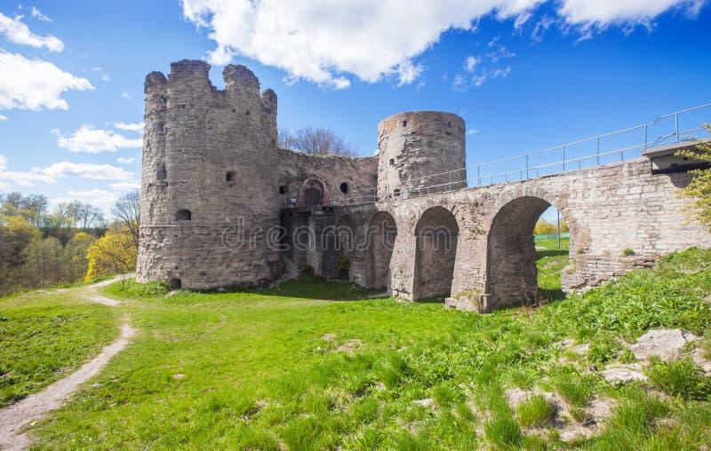 Mittelalterliche Russe Koporye-Festung mit zwei Türmen und Brücke lizenzfreie stockfotografie