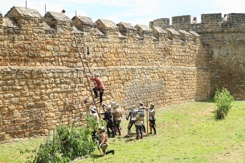 Mittelalterliche Soldaten, die Leiter auf dem Kampf von Budyne klettern stockfotos