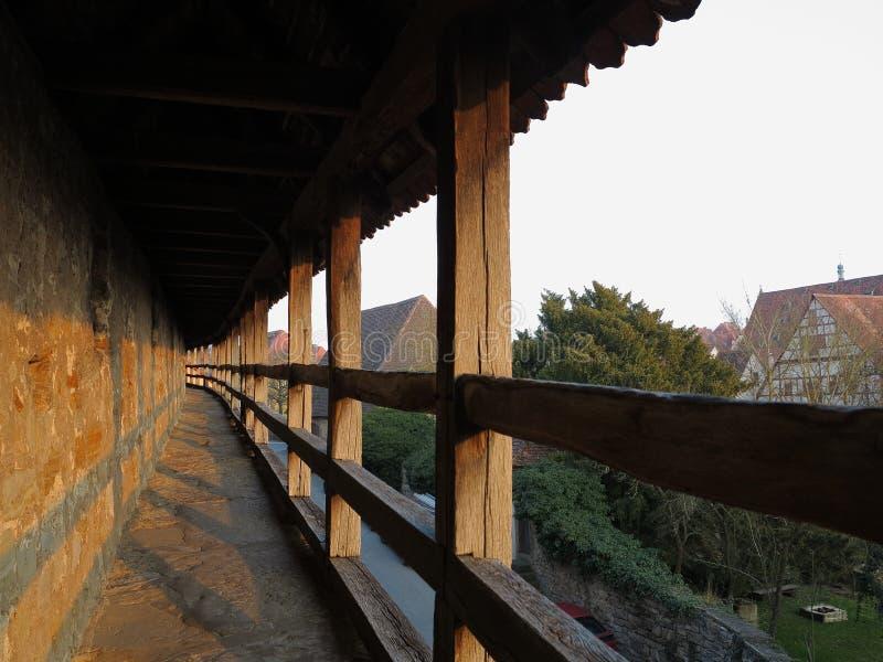 Mittelalterliche Stadtmauer von Rothenburg bei Sonnenuntergang stockbilder