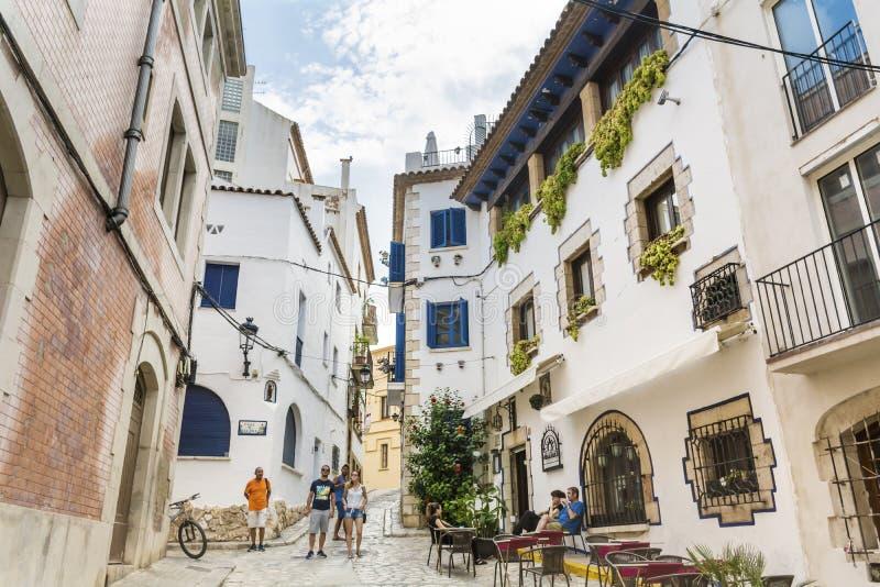 Mittelalterliche Straße in alter Stadt Sitges, Spanien lizenzfreie stockfotos