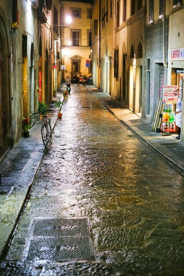 Mittelalterliche Straße in Florenz Italien nachts lizenzfreies stockbild