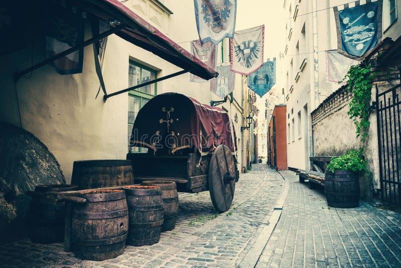 Mittelalterliche Straße in Riga, Lettland lizenzfreies stockbild