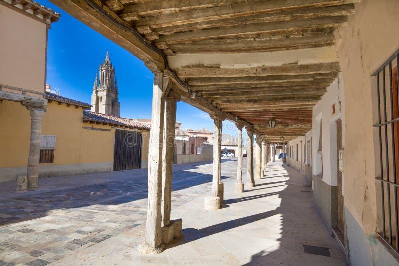 Mittelalterliche Straße und Kirchturm mit Arkaden in alter Stadt Ampudia lizenzfreie stockfotografie