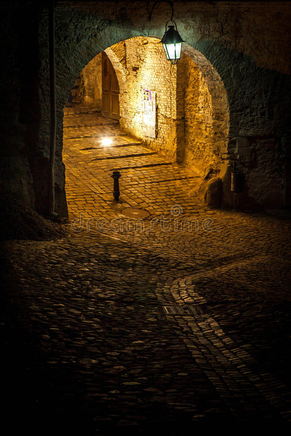 Mittelalterliche Straße von Sighisoara, Rumänien. Foto gemacht bis zum Nacht lizenzfreie stockbilder