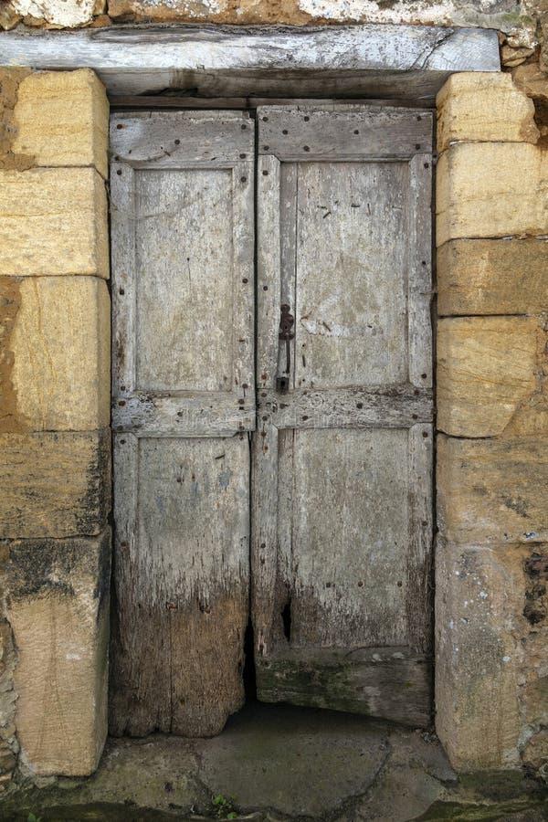 Mittelalterliche Tür in Chateau de Montfort - Dordogne-Region von Frankreich lizenzfreie stockfotografie