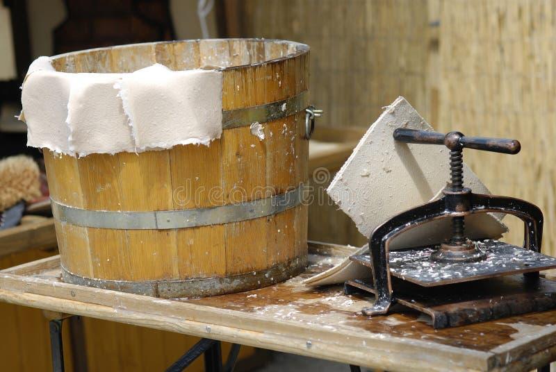 Mittelalterliche Tradition der Papierherstellung lizenzfreies stockbild