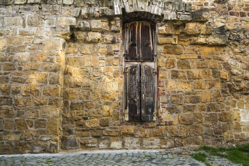 Mittelalterliche Wand auf Potaissa-Straße in der alten Stadt von Klausenburg, Rumänien lizenzfreie stockbilder