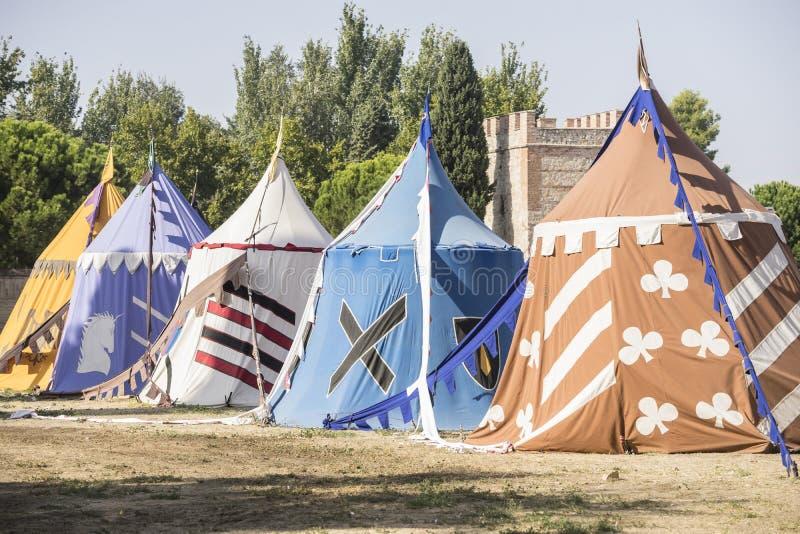 mittelalterliche Zelte nahe bei einem Feld von angemessenem oder von Trauer zwischen warri lizenzfreies stockbild