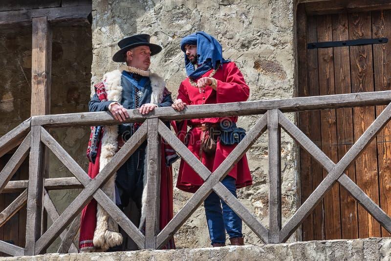 Mittelalterlicher Adlig mit Kleidung vom 14. Jahrhundert stockfotografie