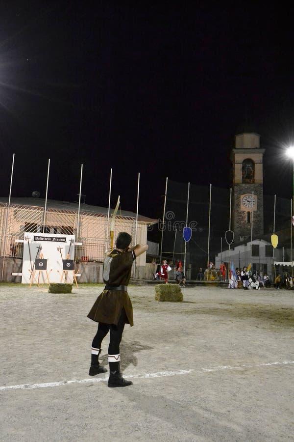 Mittelalterlicher Bogenschützewettbewerb während des Dorffestivals lizenzfreie stockfotos