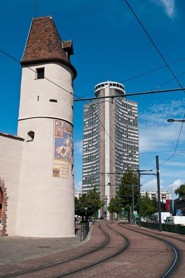 mittelalterlicher Bollwerk-Turm und europäischer Turm in Mulhouse lizenzfreie stockbilder