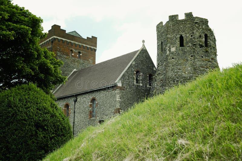 Mittelalterlicher Dover Castle auf dem Hügel über Dover lizenzfreie stockbilder