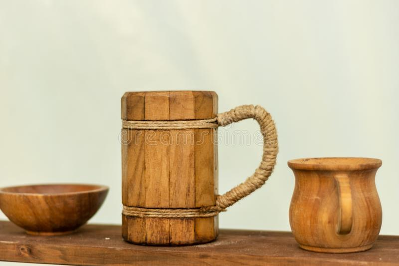 Mittelalterlicher hölzerner Bierkrug auf dem hölzernen Regal stockfotografie