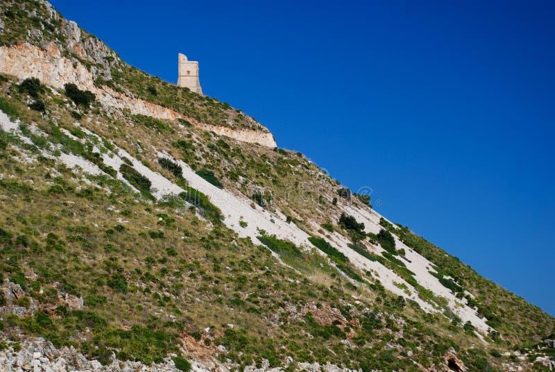 Mittelalterlicher Küstenkontrollturm auf sizilianischer Küste lizenzfreies stockbild