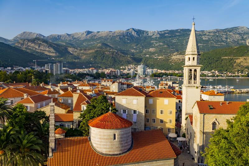 Mittelalterlicher Kirchturm in der alten Mittelmeerstadt in Europa lizenzfreies stockbild