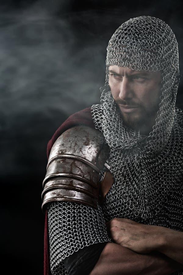 Mittelalterlicher Krieger mit Kettenhemdrüstung stockbild