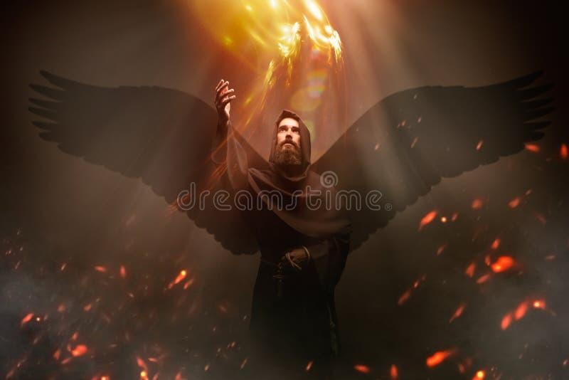 Mittelalterlicher Mönch mit Flügeln, Geheimnis und Geistigkeit lizenzfreie stockfotografie