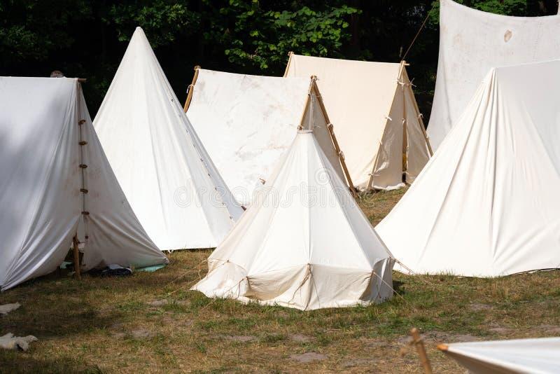 Mittelalterlicher Militärzeltplatz Zeltplatz Mittelalter zeigt, wie Stämme früher lebten lizenzfreie stockfotografie