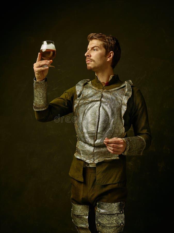 Mittelalterlicher Ritter auf dunklem Hintergrund stockbilder