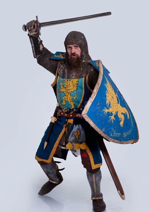 Mittelalterlicher Ritter in der vollen Rüstungsstellung lizenzfreie stockfotografie