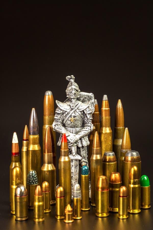 Mittelalterlicher Ritter und moderne Munition Verschiedene Arten der Munition auf einem schwarzen Hintergrund Verkauf von Waffen  lizenzfreies stockfoto