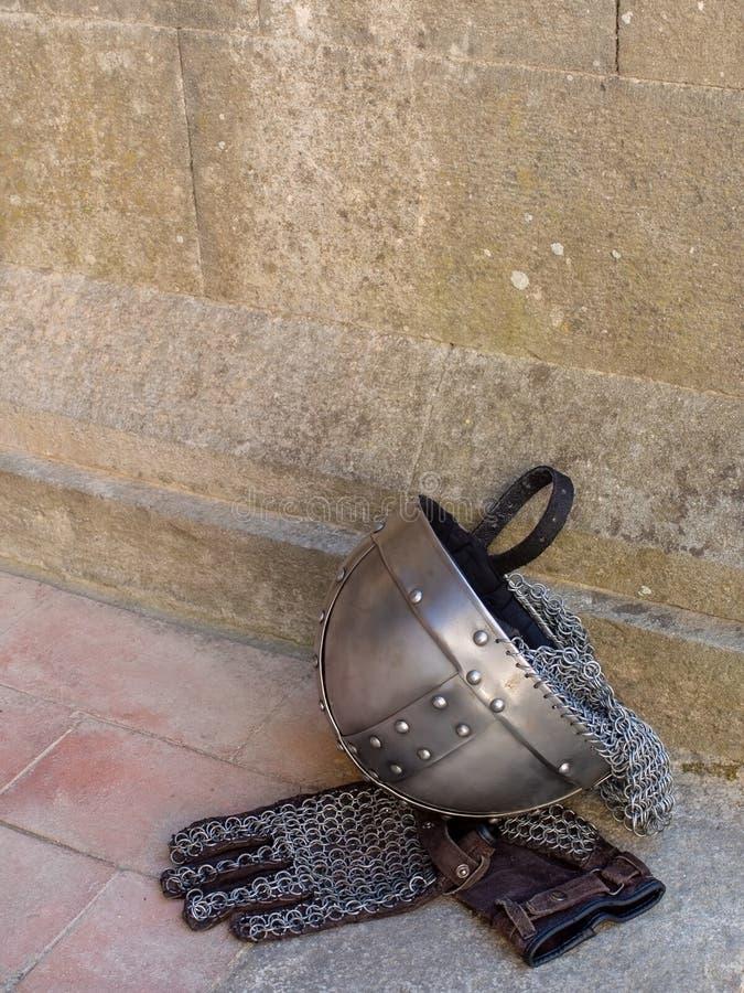 Mittelalterlicher, mittelalterlicher Rittersturzhelm und Kettenhandschuhe stockbild